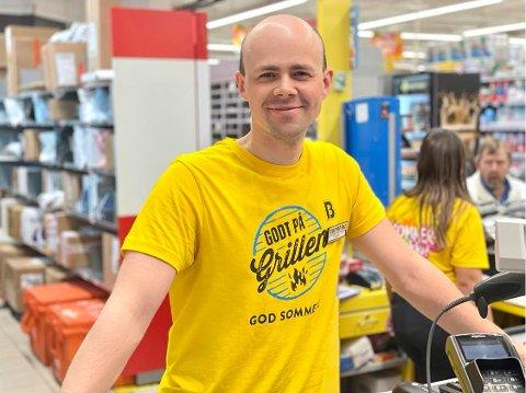 SISTE DAG: Butikksjef på Bunnpris i Havnegata, harstadværingen Espen Tennholm, reiser til Narvik for å starte butikk. Fredag er hans siste dag på jobb.