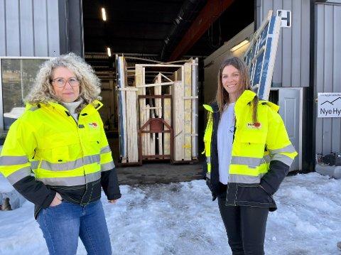 Nina Elisabeth Smedstad (t.v.) og innehaver Justyna Skorupska foran fabrikken til Nye Hytter AS på Fosser.