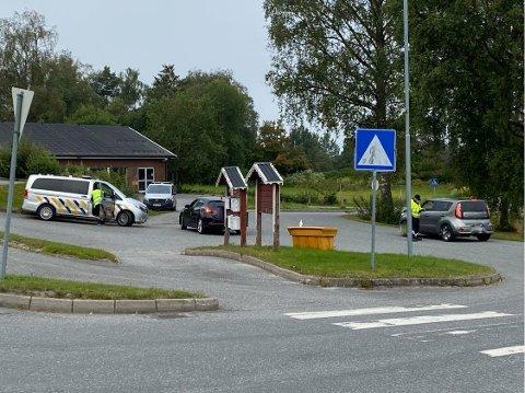 Statens vegvesen kontrollerte foreldre utenfor Bråte skole.