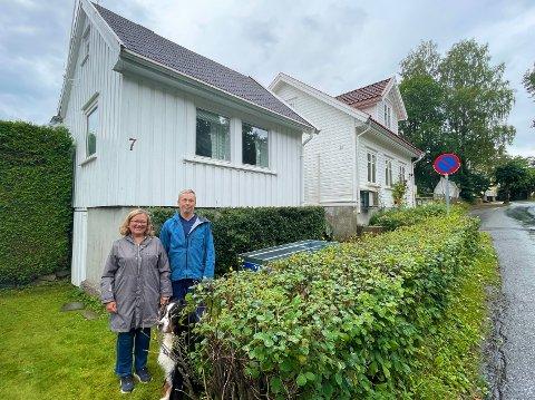 KJØPTE HUSET: Karin og Gunnar Sveen fikk tilslaget på det lille huset. De bor fra før i huset til høyre, som har vært i Gunnars familie i flere generasjoner.