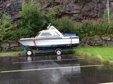 Denne båten har stått på hengar på Årsnes ei stund. (Foto: Jan L. Fosse/Kvinnherad lensmannskontor).