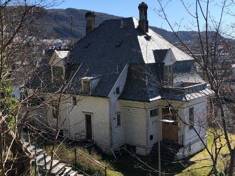 Det er dette huset i Ibsensgate 118 Helse Bergen har kjøpt, og som skal bli til eit nytt Vardesenter. Men det treng omfattande tilpassingar og renovering – både innvendig og utvendig. Derfor er no Kreftforeningen i gang med å samla inn midlar.