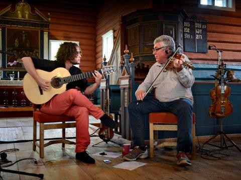 ARGENTINA MØTER NUMEDAL: Guillermo Rizzotto og  Even Tråen i Flesberg stavkirke. Nå er det blitt plate av møtet mellom blant annet de to.