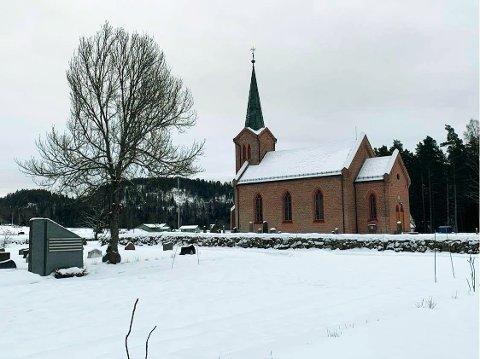 NYTT ALTERNATIV: Ved Tuft kirke i Hvittingfoss er det nå etablert en navnet minnelund, som er et alternativ til den tradisjonelle gravplassen. Minnesteinen ser du til venstre på bildet.