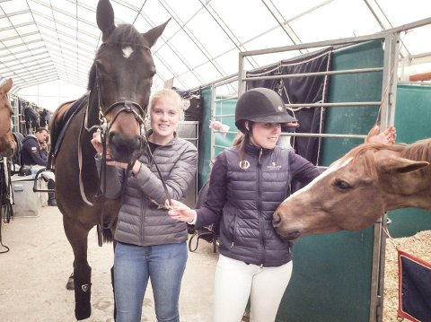HESTEPASSEREN: Helene Bolstad Hagen (til venstre), sammen med rytter Victoria Gulliksen og hestene Emil og William. – Det er ikke alle ryttere som tar et tak i stallen, men det gjør Victoria, sier Helene.