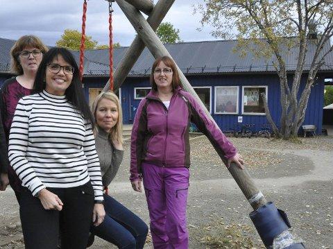 Reidun Hansen, styrer Inger Karine Sortland, Unn-Helen Stabell og Rita Hansen er spente på hva det nye navnet på arbeidsplassen deres blir. Den kommunale barnehagen flytter fra Nakken og opp til den nye skolen.
