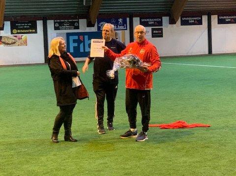 OVERREKKELSEN: En glad Torrey Enoksen (til høyre) fikk heder og pris fra SR-banks Anne Margit Mushom og Glenn Naglestad.