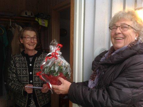 BLOMSTERHILSEN: Her får en smilende Elisabeth Haaland på Sveindal besøk og blomster på døra av Gesine Hårtveit. Det ble delt ut 32 blomster til sammen.
