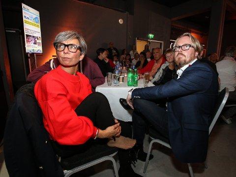 DYSTERT: - Nå må vi ta oss tid til å sørge litt over at Siv Henriette Jacobsen (Ap) ikke kom inn på Stortinget, sier Hanne Tollerud (Ap). Her er hun på valgvake sammen med Fred Jørgen Evensen (Ap).