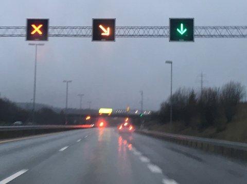 E6 ble stengt ved Vestby Syd da en bil tok fyr rett før Follotunnelen søndag morgen.