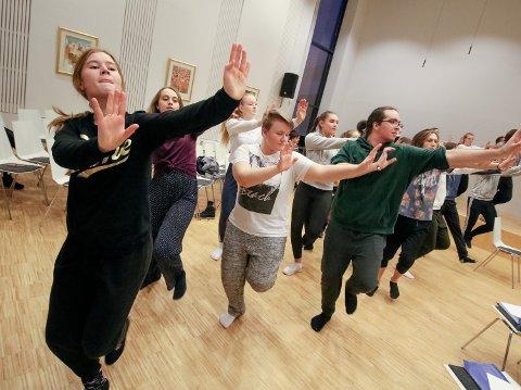DANS: Fra øvelsen i Kammersalen på Kirkeparken med gjennomgang av et av dansenumrene.