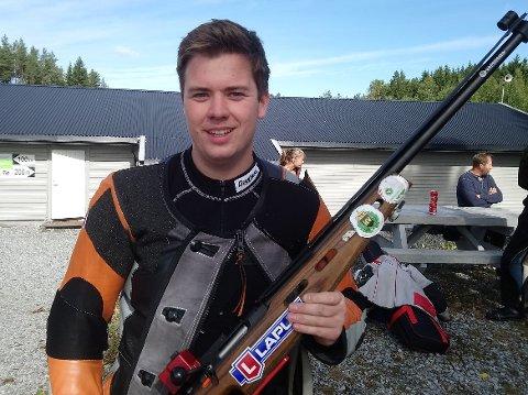 FIKK VANDREPOKAL: Daniel Strand ble premiert etter den solide innsatsen på seniorenes lagkonkurranse.