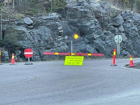 SPERRET: Viken fylkeskommune har sett at flere har trosset sperringen av fylkesvei 120.