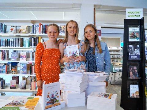 FORNØYD: Jentene var storfornøyde med at de endelig skulle få gi ut boken sin. Fra venstre Dine Kornelia Torvin (12), Thea Mariell Eidshaug Dahl (12) og Sofia Aude Johansen (12).