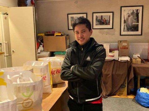 Her leverer Mark Anthony Alcaraz Guerrero mat til Kirkens Bymisjon på julaften.