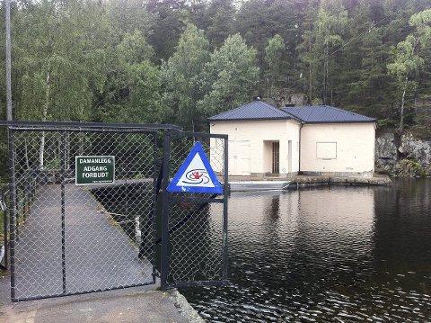 MÅ REHABILITERES: Vannet må senkes for at man skal kunne foreta nødvendig oppgradering av denne demningen ved Nøklevann. Arkivfoto: Nina Schyberg Olsen