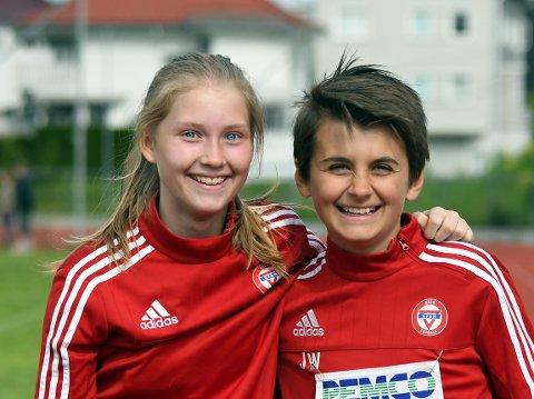 KOSTE SEG: Helene og Carl Johannes storkoste seg under skolematchen.
