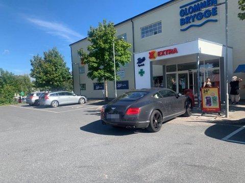 DRIVE IN? Stort nærmere døra kommer du ikke, men sjåføren falt i det minste ikke for fristelsen til å parkere på handikapplassen.