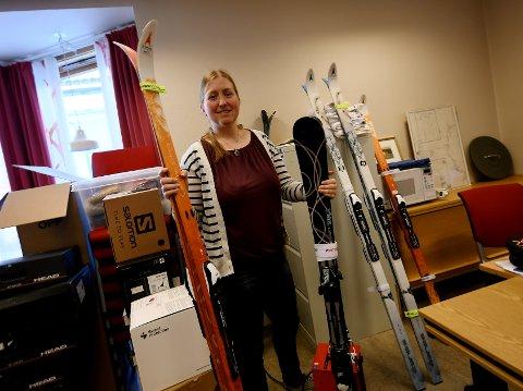 May Britt Josten driver for tiden å legger inn nytt utstyr til utstyrsbanken i Heidal.