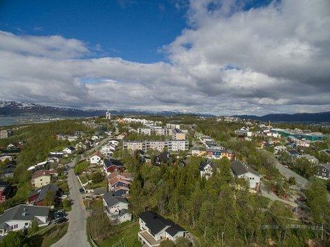 Boligen ligger på Elverhøy, på toppen av Tromsøya. SNE eiendom AS