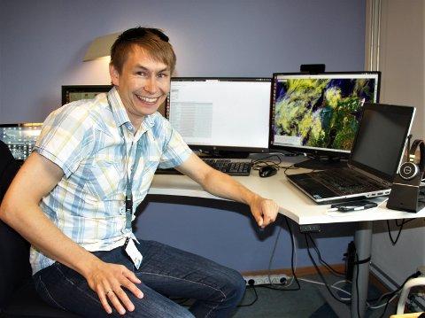 VÆRMANNEN: Det er ved pulten på Værvarslinga i Tromsø at Eirik Mikal Samuelsen jobber med værvarslene han presenterer. På fritida formidler han også meteorologisk informasjon på sin private blogg.