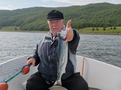 Laksefisker Torgrim Jensen har fått 13 pukkellaks på 3 dagers fiske i Reisafjorden. Han er bekymret over utviklingen. Foto: Kyrre Lien