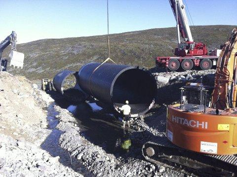 LOKALISERT: Et stikkrennerør på seks meter forsvant i Valdak i Porsanger forrige torsdag. Nå er røret funnet igjen.