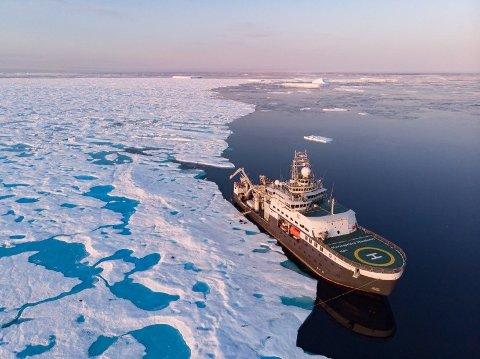 BÅT ELLER FLY: Norsk Polarinstitutt er usikre på om de skal benytte seg av båt eller fly for å komme til Antarktis. Dersom valget faller på båt, er det FF «Kronprins Haakon» som skal brukes.