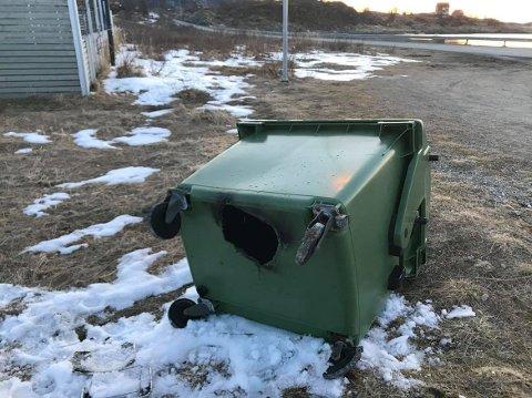 SESONGENS FØRSTE OFFER: Søppelcontaineren til Sommarøy barnehage tålte ikke  møtet med glødende kull. Foto: Hanne Sebakk