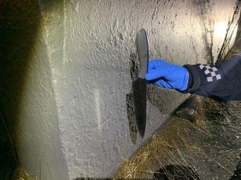 KNIV: Kniven som ble funnet på åstedet i Setermoen var gjemt mellom husveggen og gresset. Den viste seg kun å ha blodet og fingeravtrykkene til fornærmede.