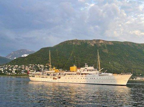 TRAFF GODT PÅ VÆRET: Kongeskipet ankommer Tromsø på sommerens så langt varmeste dag.