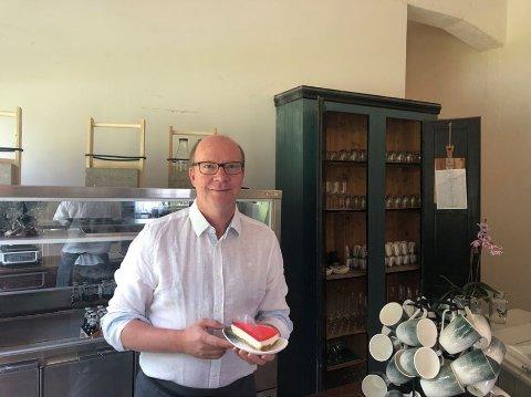 SOMMERJOBB: Stortingspolitiker Ketil Kjenseth serverte kafégjestene hos Snertingdal Ysteri Kafé søndag ettermiddag.