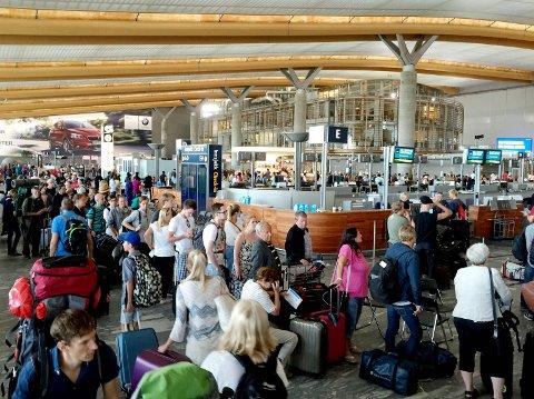 Dersom flyselskapene ikke kommer opp med en løsning, kan det hende du må betale passasjeravgift to ganger om du reiser med ulike flyselskaper på samme tur. Bildet er fra en annen anledning i fjor. Foto: Henrik Skolt / NTB scanpix