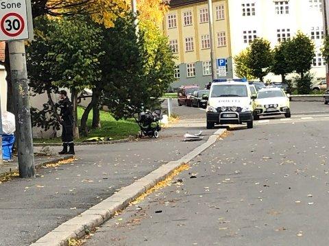 PÅKJØRT: En kvinne med en barnevogn skal ha blitt påkjørt av ambulansen. Kvinne og barn er sendt til sykehus, ifølge politiet.