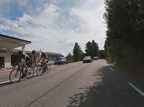 MANGE BRUKERGRUPPER: Både syklister, MC-førere, bilister, rulleskigåere og andre ferdes langs den populære veien.