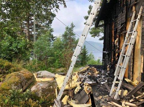 TOTALSKADET: Slik ser det ut på brannplassen fredag morgen. Bygget er totalskadet etter lynnedslaget.
