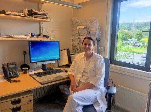 VIL BELYSE: Overlege og spesialist i indremedisin og infeksjonssykdommer, Hilde Kristin Skudal, vil ha økt kunnskap om den alvorlige sykdommen skogflåttencefalitt.