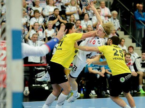 KJEMPET: Magnus Fredriksen kjempet i hver eneste duell. Til slutt kunne 20-åringen juble for to nye Champions League-poeng.
