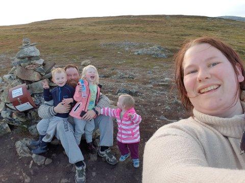 FLYTTET FRA SVINDYRE TROMSØ: Familiefaren Jan Henrik Nygård med sønnen, Ailo Mathias (3), Ylva Kathrine (5), og Ella Johanne (2). I front samboeren Monica Renate Amdal. Her er de på topptur på Finnlandsfjellet i Tromsø, byen de måtte forlate for de fikk ikke boliglån til å realisere boligdrømmen.