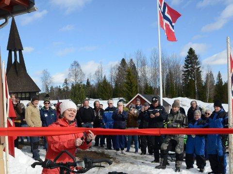 ÅPNET: Ordfører Lise Berger Svenkerud var på plass og klippet snora under den offisielle åpningen av snøskuterleden i Gravberget.