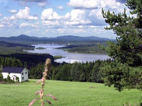 EN PERLE: Vermundsjøen sett fra Bakken-området. Nå kan det sykles rundt sjøen på nylaget sti.