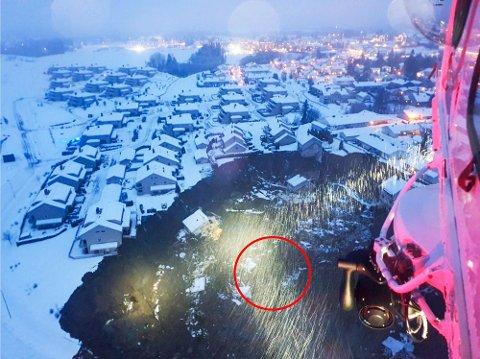 HER LÅ HUN: Den røde ringen viser området der Aud-Margaret befant seg i leirskredet, ifølge VG. Foto: Forsvaret