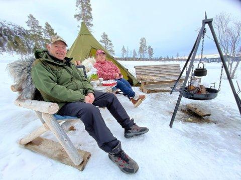 NYTER LIVET: Bent Vidar Larsen og Ingun Solli nyter friluftslivet med lavvo og bålpanne ved hytta i Solheimfeltet i Engerdal østfjell.