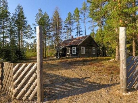 TØMMERHUS I SKOGEN: Tidligere var dette laftede bygget nær svenskegrensa brukt som møteplass og bedehus. Nå selges det.