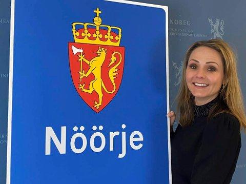 OFFISIELT NAVN: Nöörje er nå et av de offisielle navnene på Norge. Distrikts- og digitaliseringsminister Linda Hofstad Helleland (H) viser fram et av de nye skiltene.