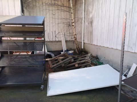 BLÅSER BORT: Naboene forteller at søppelet blåser over på både deres, og kommunens, eiendom.