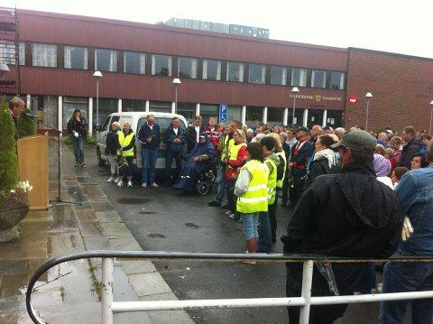 Taler til rosetoget: Innbyggerne i Rakkestad arrangerte et rosetog til minne om ofrene. Her taler Peder Harlem til deltakerne.