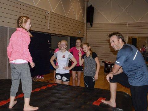 ENTUSIASME: Håkon Vargdal er en av trenerne på jentekvelden. Det er ingenting å utsette på humøret i gruppa.