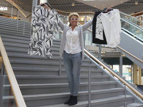 Engasjert: Store deler av Sjøsiden er med på Black & White. Heidi Saue viser fram eksempler på trendy svarte og hvite antrekk.