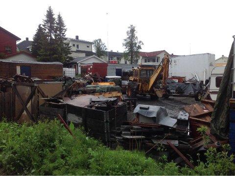 MYE SKROT: I bakgården hos Sørem Maskin er det rotete. Nå må eier rydde opp.